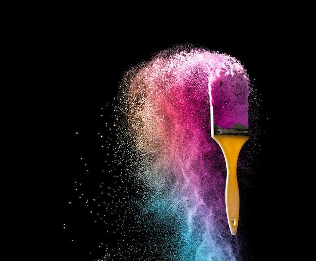 Pennelli con esplosione di colore in polvere astratta