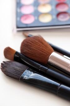 Pennelli cosmetici con polvere