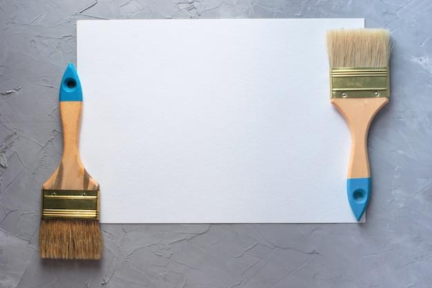 Pennelli degli strumenti di disegno con il fondo in bianco dello strato del libro bianco, vista superiore