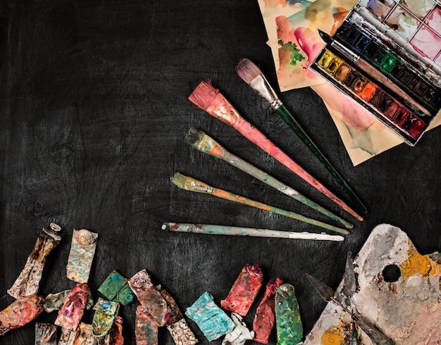 Pennelli e tubi di colori ad olio su legno
