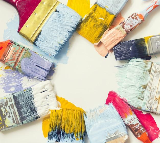 Pennelli e vernice sul pavimento