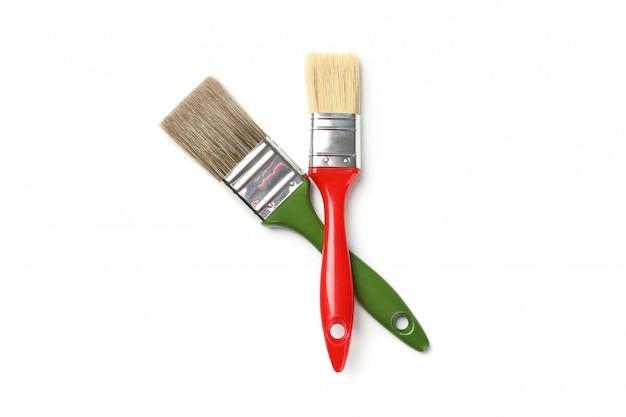 Pennelli rossi e verdi isolati su superficie bianca