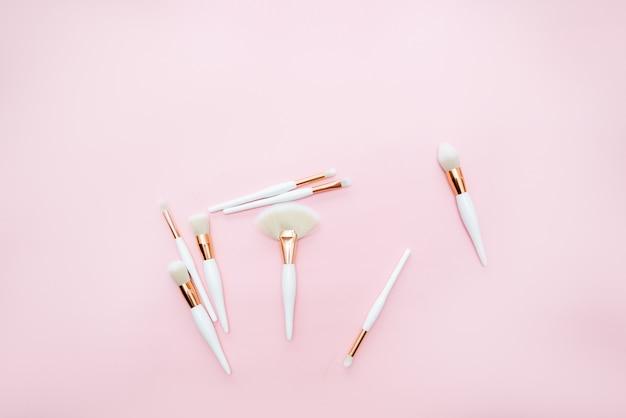 Pennelli trucco su uno sfondo rosa