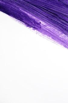 Pennello con vernice liquida