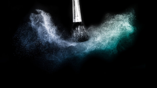 Pennello cosmetico con spalmatura di polvere cosmetica blu