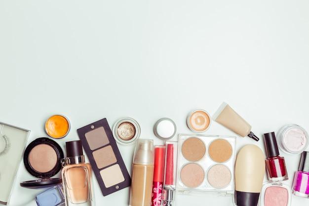 Pennello e cosmetici isolati su bianco, vista dall'alto,