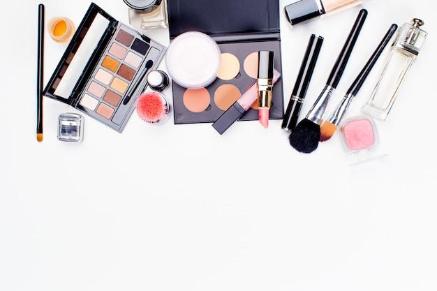 Pennello e cosmetici isolati. vista dall'alto.