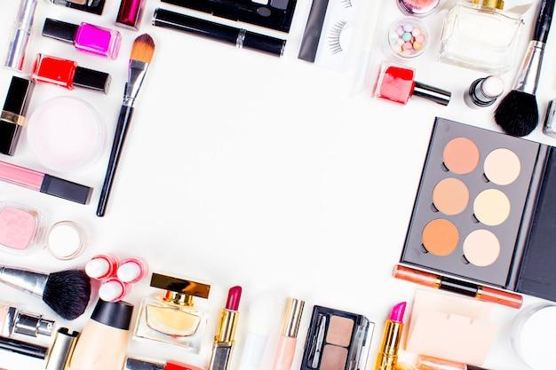 Pennello e cosmetici isolati