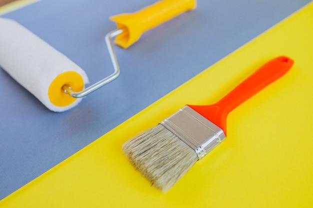 Pennello e rullo di pittura isolati, per riparazioni