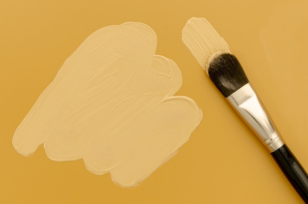 Pennello fondotinta nero su sfondo marrone