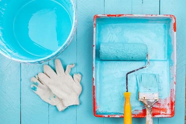 Pennello nel vassoio colore e secchio di vernice