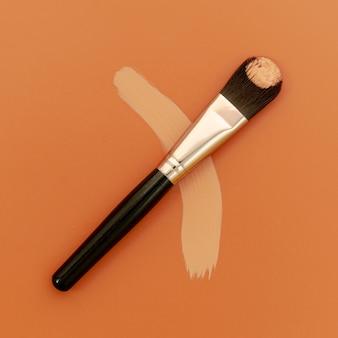 Pennello per fondotinta su sfondo marrone
