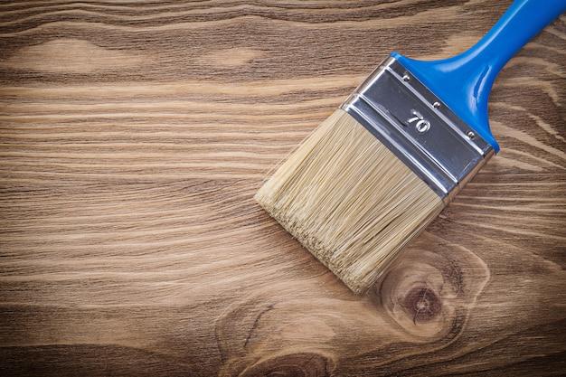 Pennello per pittura su tavola di legno