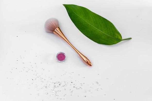 Pennello rosa per l'uso in manicure su un bianco e strass per manicure / the of nail service