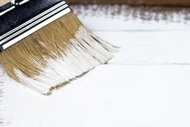 Pennello su una superficie di legno dipinta
