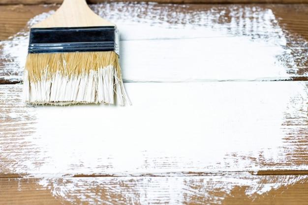 Pennello su una superficie in legno verniciato, sfondo, copia spazio