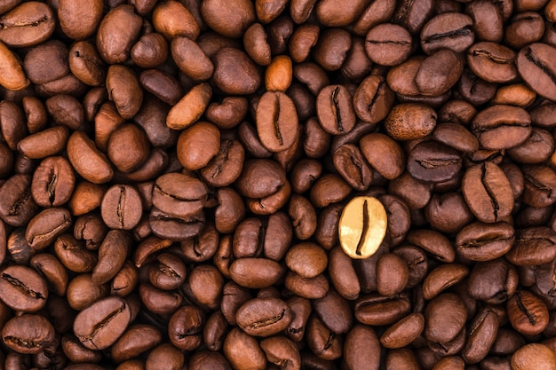 Pensa in modo diverso e distinguiti dalla massa. sfondo di caffè