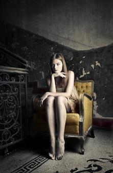 Pensieri solitari su una sedia