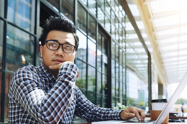 Pensieroso giovane imprenditore