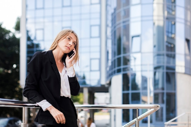 Pensively donna parlando al telefono