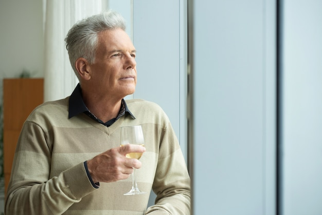 Pensoso uomo anziano