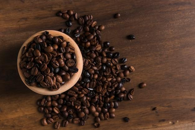 Pentola con chicchi di caffè