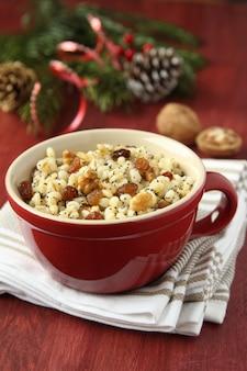 Pentola con kutia - dolce pasto natalizio tradizionale in ucraina, bielorussia e polonia