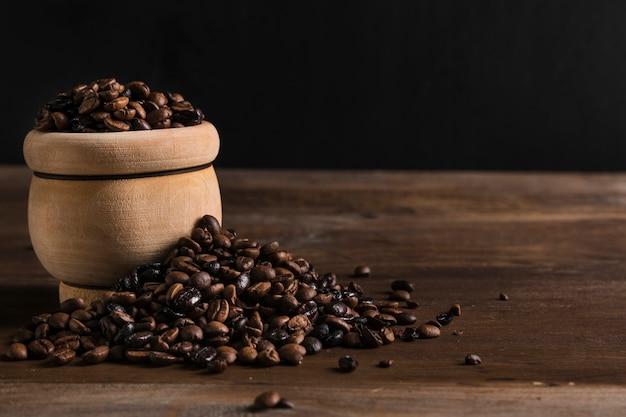 Pentola di terracotta con chicchi di caffè