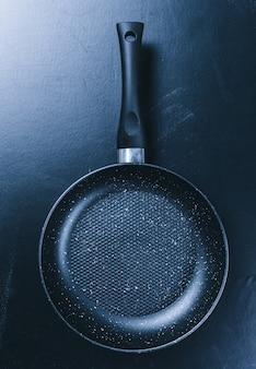 Pentola sul tavolo da cucina nero