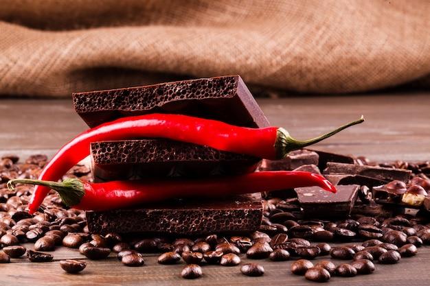Pepe rosso e cioccolato fondente su chicchi di caffè