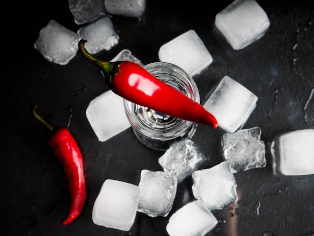 Pepe sparato bicchiere di ghiaccio