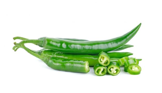 Peperoncini caldi verdi isolati su bianco