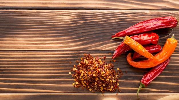 Peperoncini rossi asciutti su fondo di legno