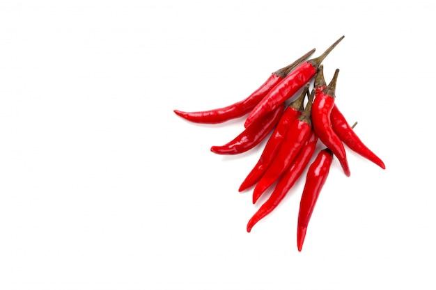 Peperoncini rossi freschi sopra fondo bianco con la vista dello spazio della copia da sopra