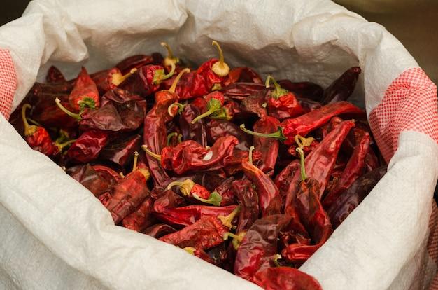Peperoncini rossi in vendita nel souk, anche chiamato mercato mahane yehudah a gerusalemme, israele