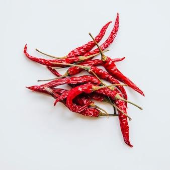 Peperoncini rossi secchi su sfondo bianco