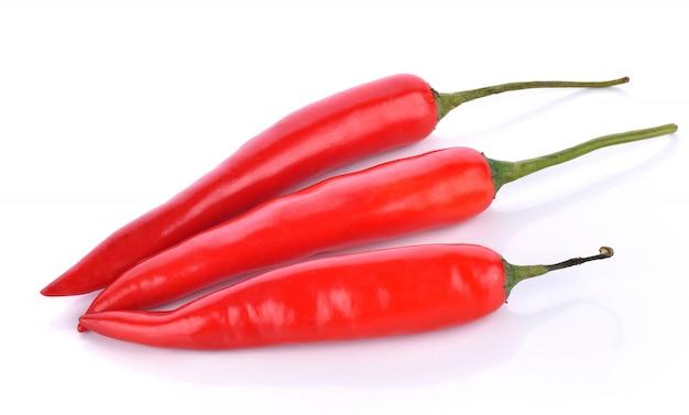 Peperoncini rossi su sfondo bianco
