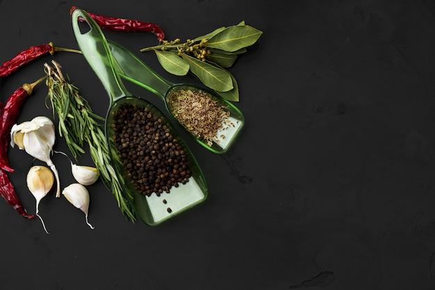Peperoncini roventi e altre spezie su fondo scuro