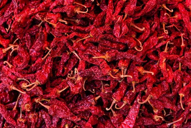 Peperoncini secchi prodotti agricoli ecologici nel mercato. sfondo di cibo naturale
