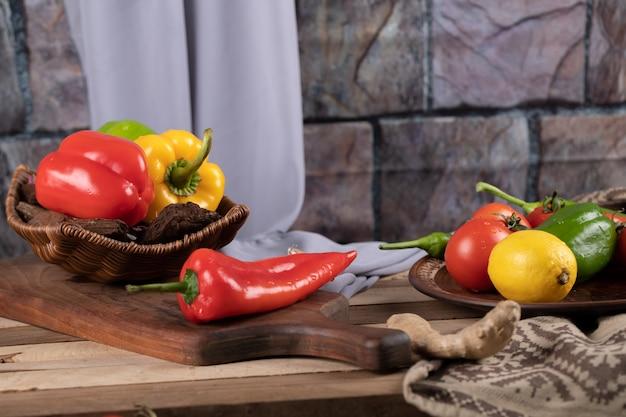 Peperoncini su una tavola rustica di legno