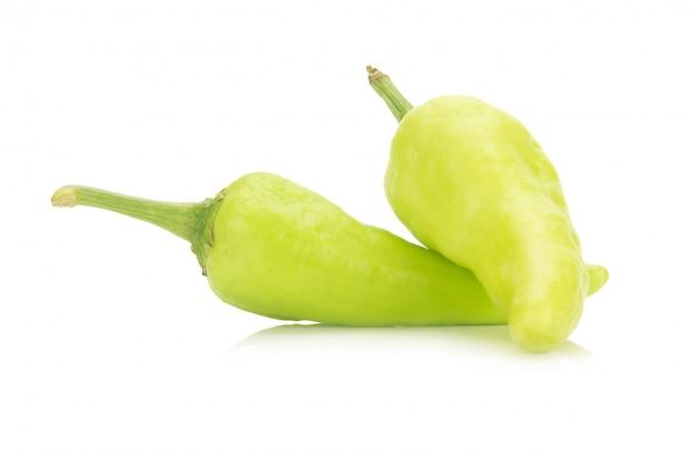 Peperoncini verdi isolati su fondo bianco