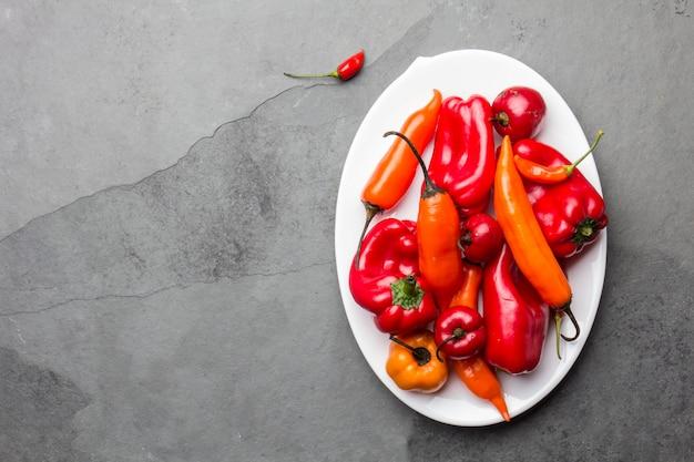 Peperoncino e peperone dolce sul piatto bianco