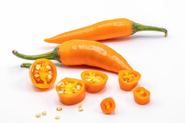 Peperoncino isolato su uno sfondo bianco. chiuda sul peperoncino rosso arancio su bianco.