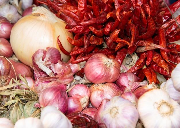 Peperoncino rosso, scalogno, cipolla, aglio, erbe per cuoco. thailandia cibo.