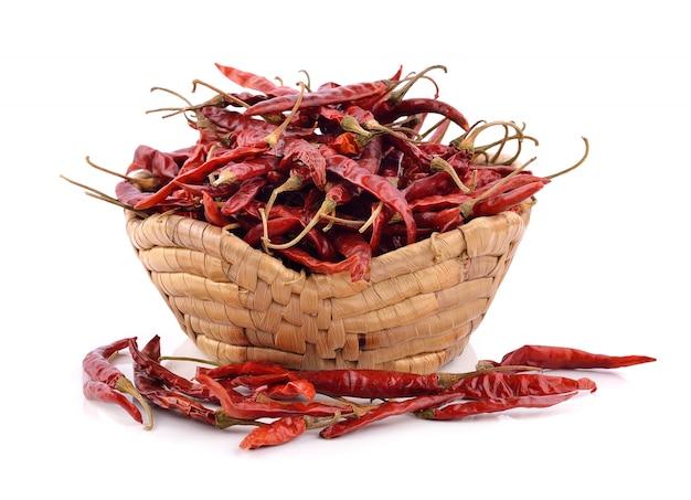 Peperoncino rosso secco nel cestino su priorità bassa bianca