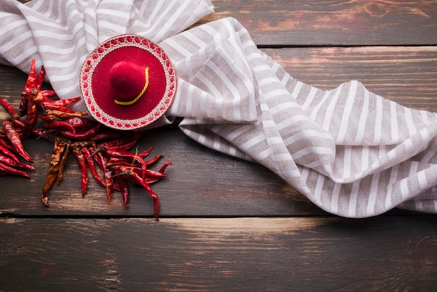 Peperoncino rosso secco sul filo vicino tovagliolo e sombrero decorativo