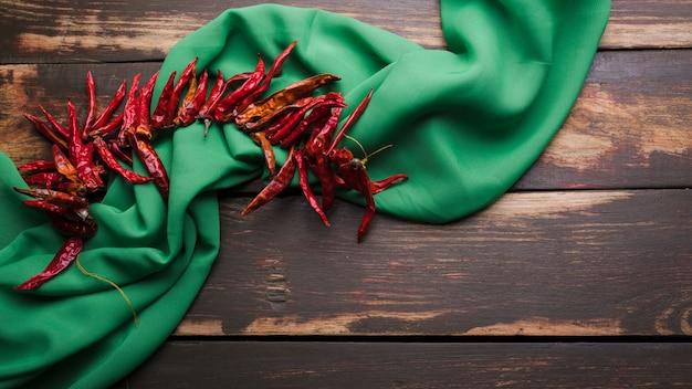 Peperoncino rosso secco sul filo vicino tovagliolo