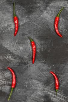 Peperoncino rosso su sfondo nero. vista dall'alto. sfondo di cibo