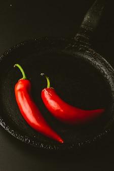 Peperoncino rosso su sfondo nero