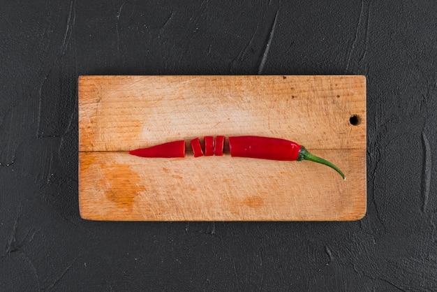 Peperoncino rosso su tavola di legno